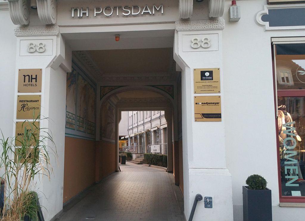 Blick in den Zugang durch die Hofeinfahrt Friedrich-Ebert-Straße88